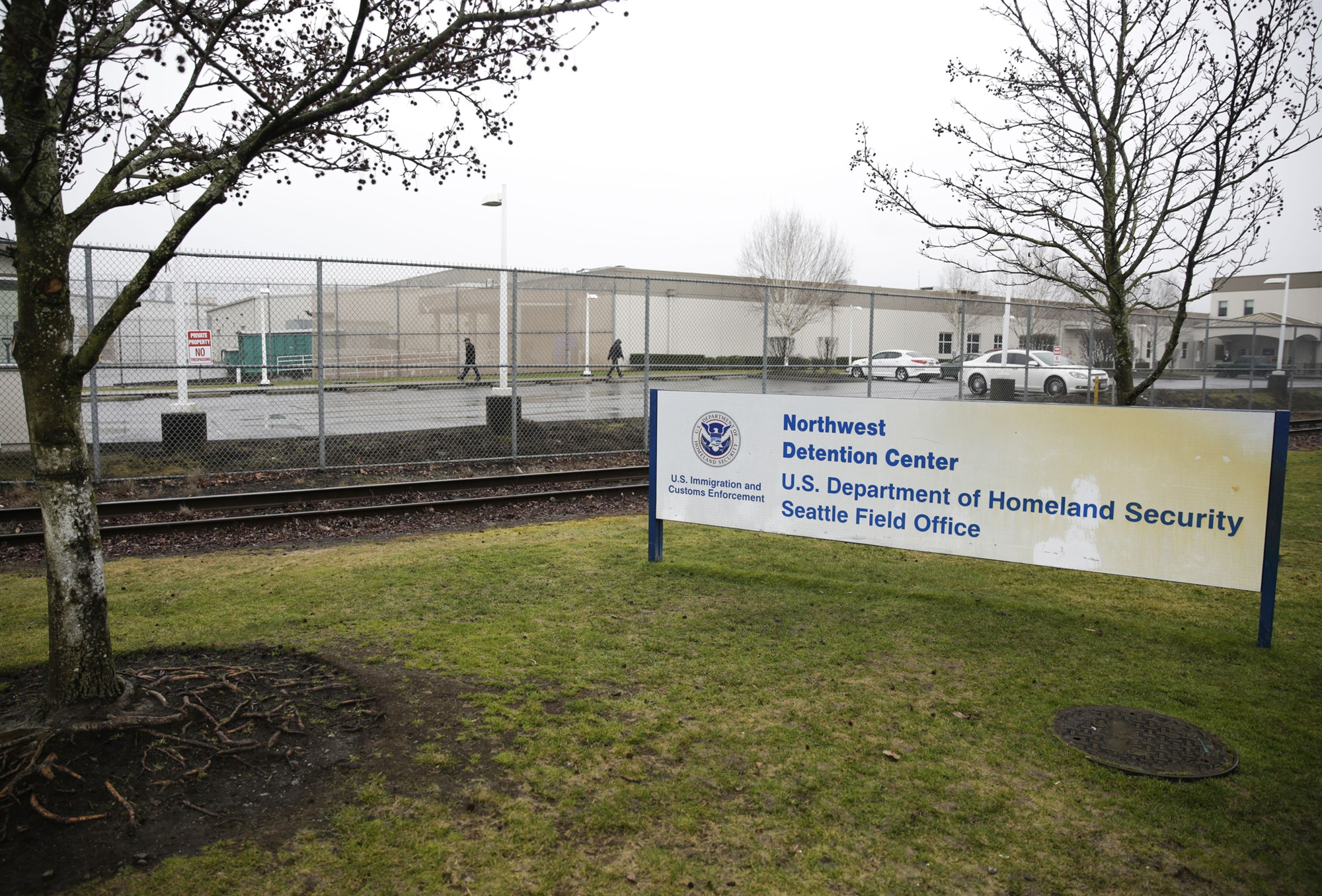 Man attacks immigrant detention center in Washington state, found dead after police shooting The man threw incendiary devices and tried to ignite a large propane tank next to a Tacoma detention center that holds up to about 1,500 migrants.
