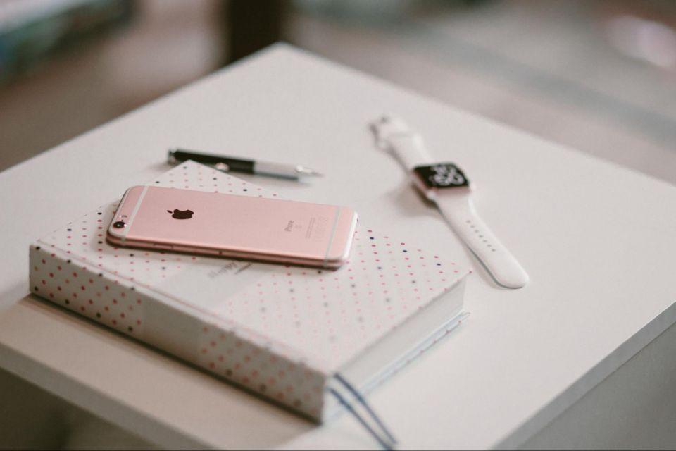 Oblíbený byl už iPhone 6s v Rose Gold barvě. Zdroj: Unsplash.com