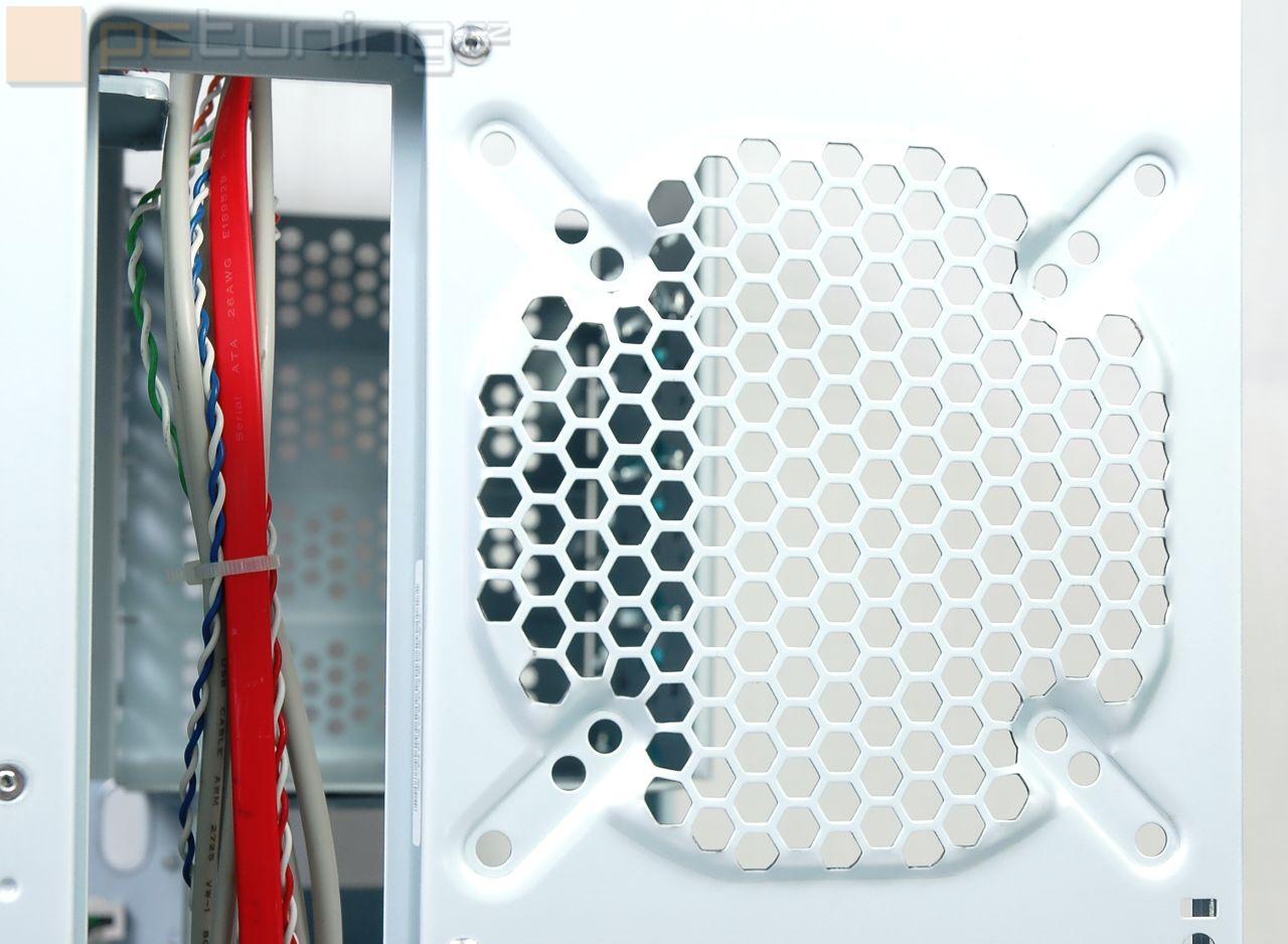 Enermax myslí i na fanoušky vodního chlazení, pro které jsou připraveny průchodky na hadice pro externí výměník
