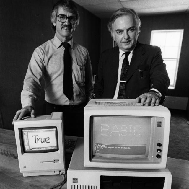 Dr. Thomas Kurts (vlevo) a Dr. John Kemeny na propapační fotografii pro True BASIC.