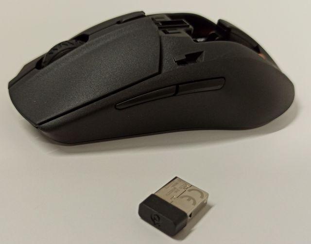 SteelSeries Rival 3 Wireless nemá ocas a žere tužkové baterky