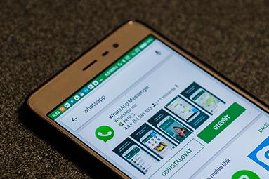Fake aplikace, fake updaty: Komu lze ještě věřit?