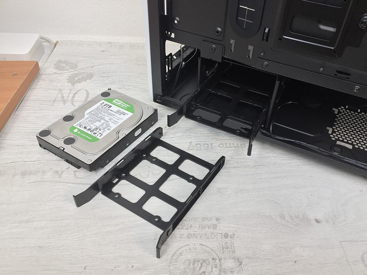 Corsair Carbide Series SPEC-06 RGB – ATX skříň s jizvou na tváři