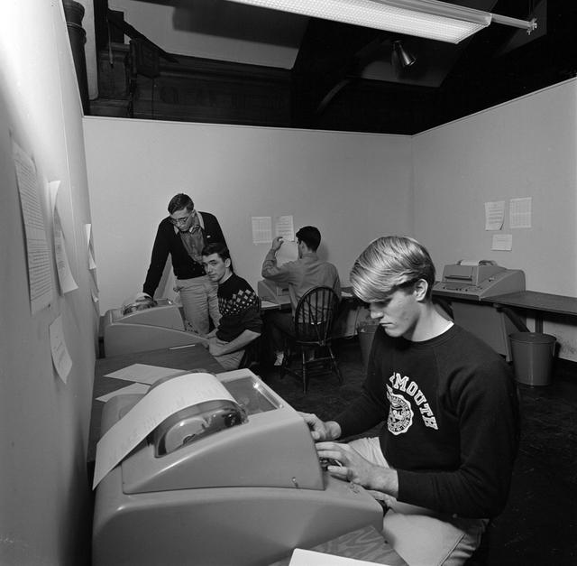 Studenti z Dartmouthu pracují na vzdálených terminálech DTSS (Dartmouth Time-Sharing System), Adrian N. Bouchard / Dartmouth College via Time