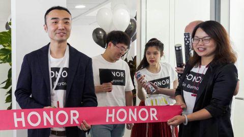 Honor se vrací na scénu. V Praze otevřel první centrálu pro střední a východní Evropu