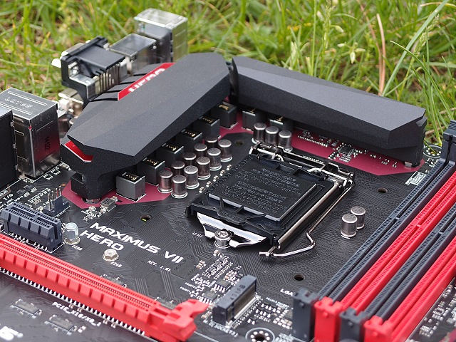 Na fotografii je patrné červené rámování okolo oblasti VRM, jakoby kopírující tvar pasivního chladiče.