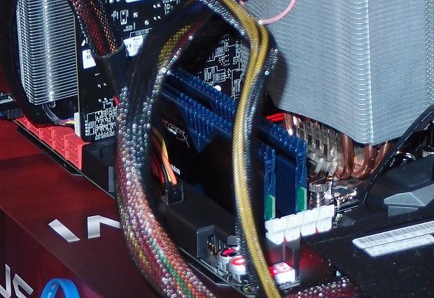 HyperX Predator moduly v sestavě - chladič je otočený o 180 stupňů a i díky tomu nehrozí vzájemná kolize.