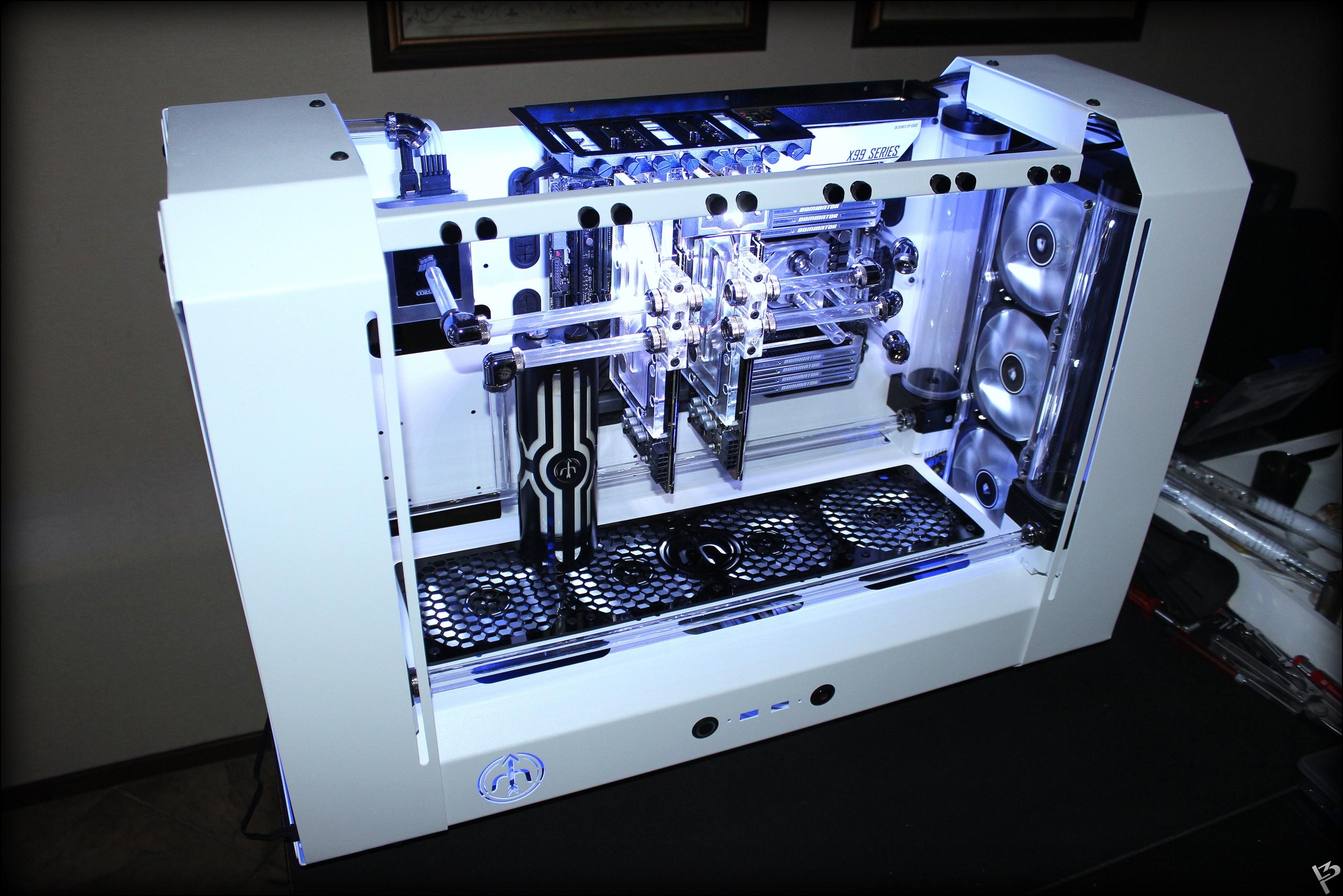 """Počítač z dílny známého moddera - Petera """"L3p"""" Brandse. Klepněte pro zvětšení"""