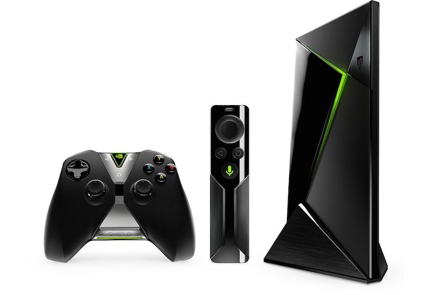 Nvidia Shield TV, diaľkové ovládanie a gamepad.