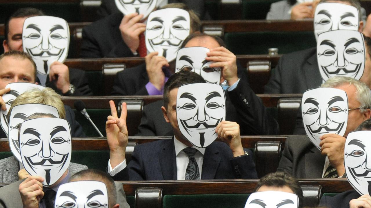 Polští poslanci nosili masky Anonymous, na protest proti podpisu dohody ACTA