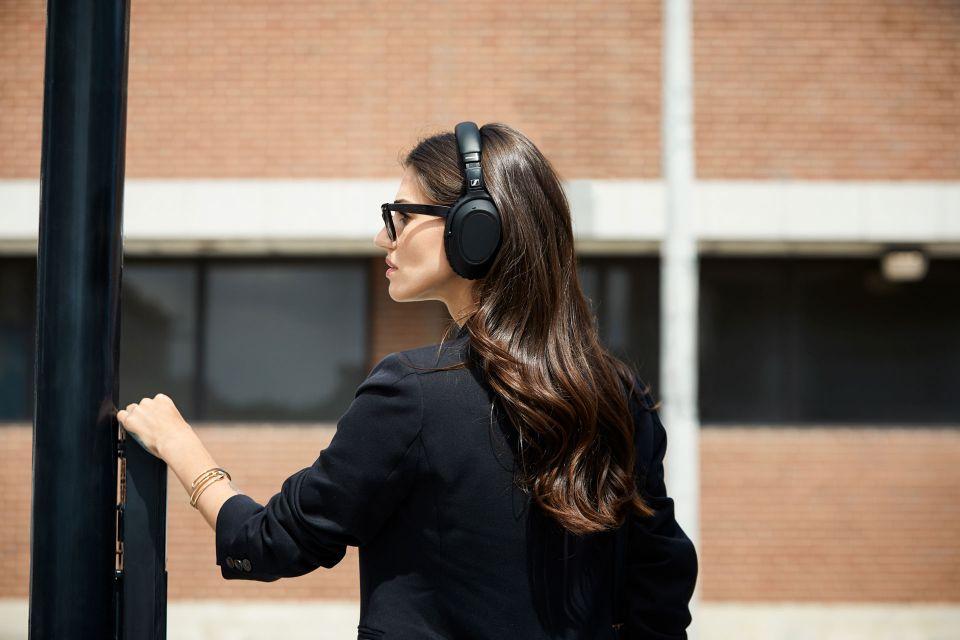 Sluchátka Sennheiser PXC 550-II nabízí špičkový zvuk a režim pro poslech ve větrném počasí