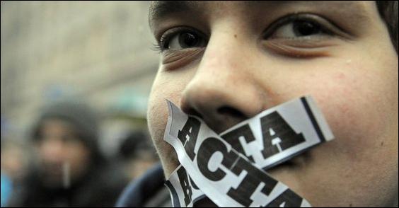Česko v tichosti podepsalo kontroverzní smlouvu ACTA. Slováci stále váhají