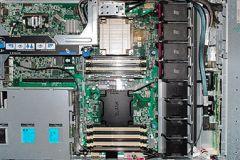 Server: 16 jader (32 HT), 40 až 80 GB RAM do pěti tisíc korun