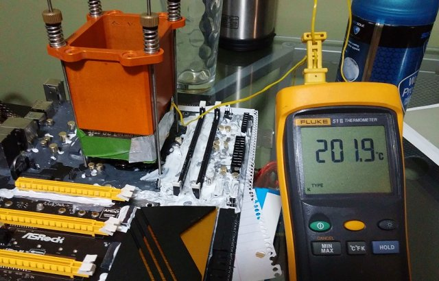 Zahřívání procesoru a pájky na 200 °C, aby se pájka spojila