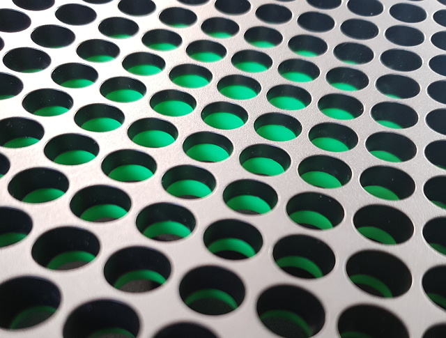 Vrchní část Xboxu nesvítí zeleně, jen má plast uvnitř zelenou barvu