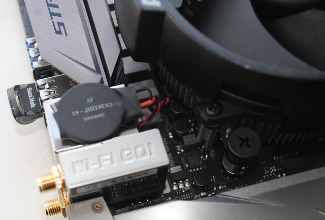 Docela vtipně osazená baterie na ASUS ROG STRIX X370-I GAMING