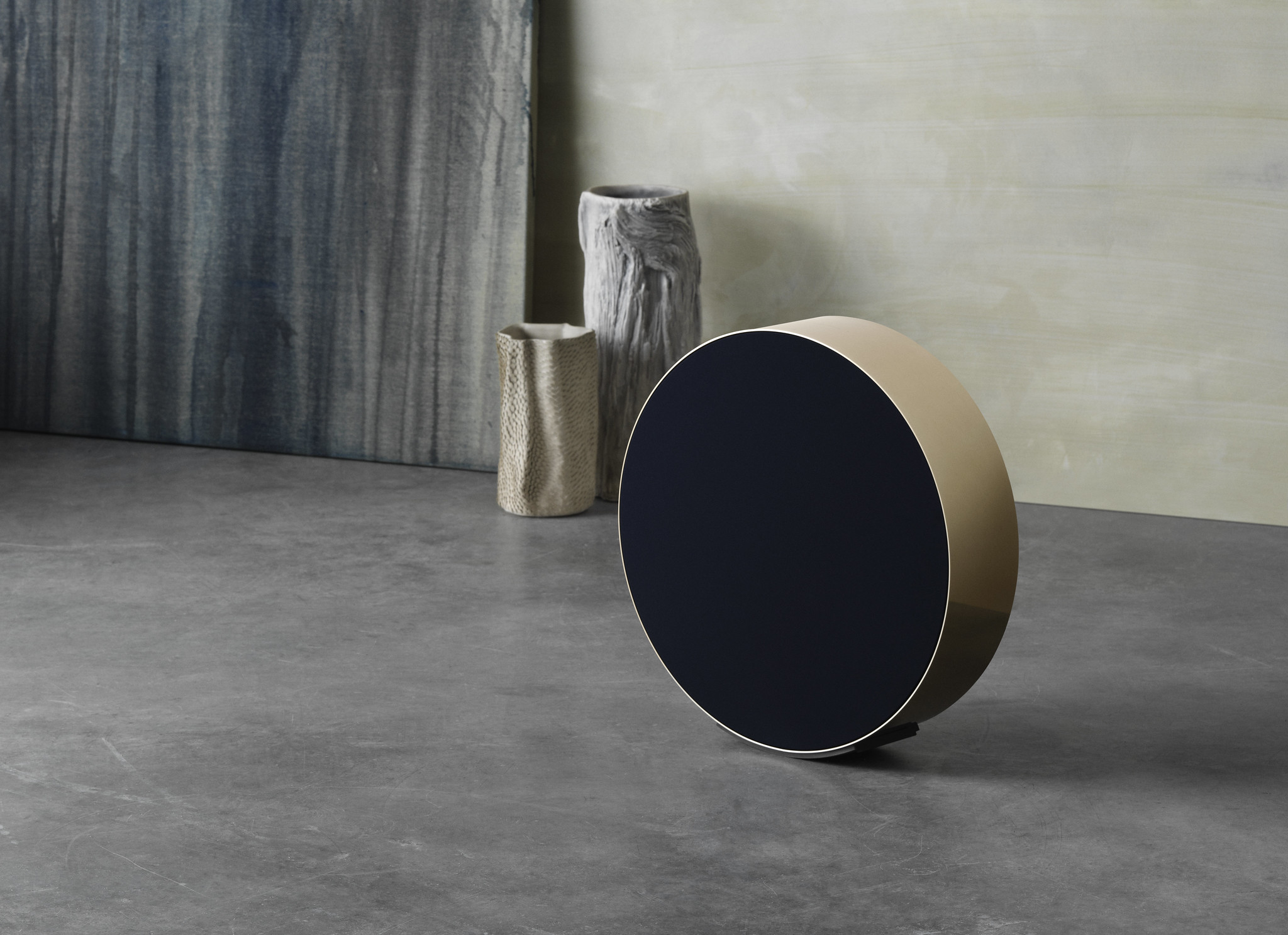 Bang & Olufsen představuje kruhový Beosound Edge v barvě Brass Tone