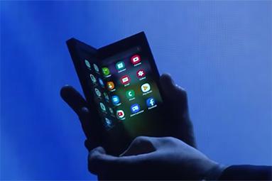 Tak už budeme moci ohýbat telefony... ale proč?