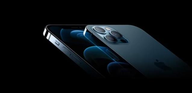 Apple spustil prodej iPhonu 12, zájem lidí je enormní