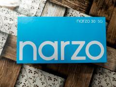 a obří bílý nápis Narzo