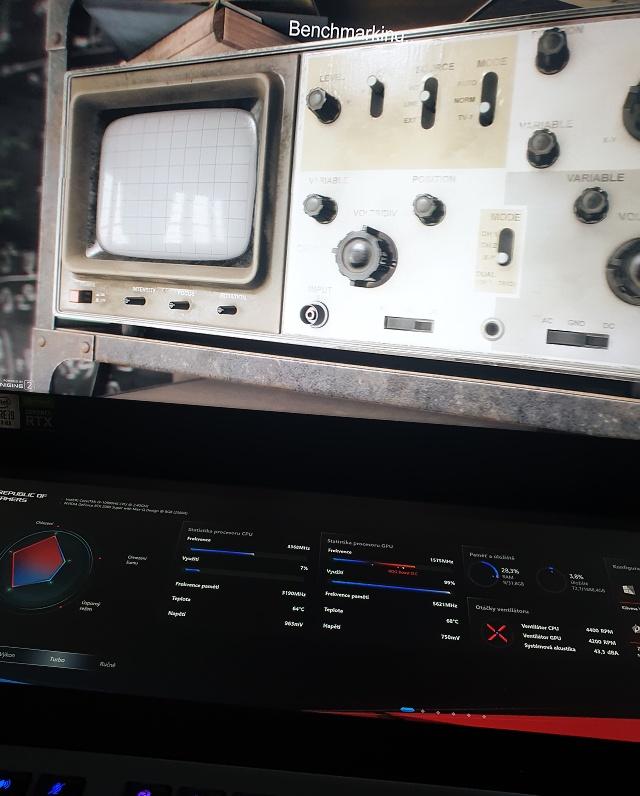 Na tomto notebooku můžete hrát a zároveň sledovat stav systému na druhém LCD