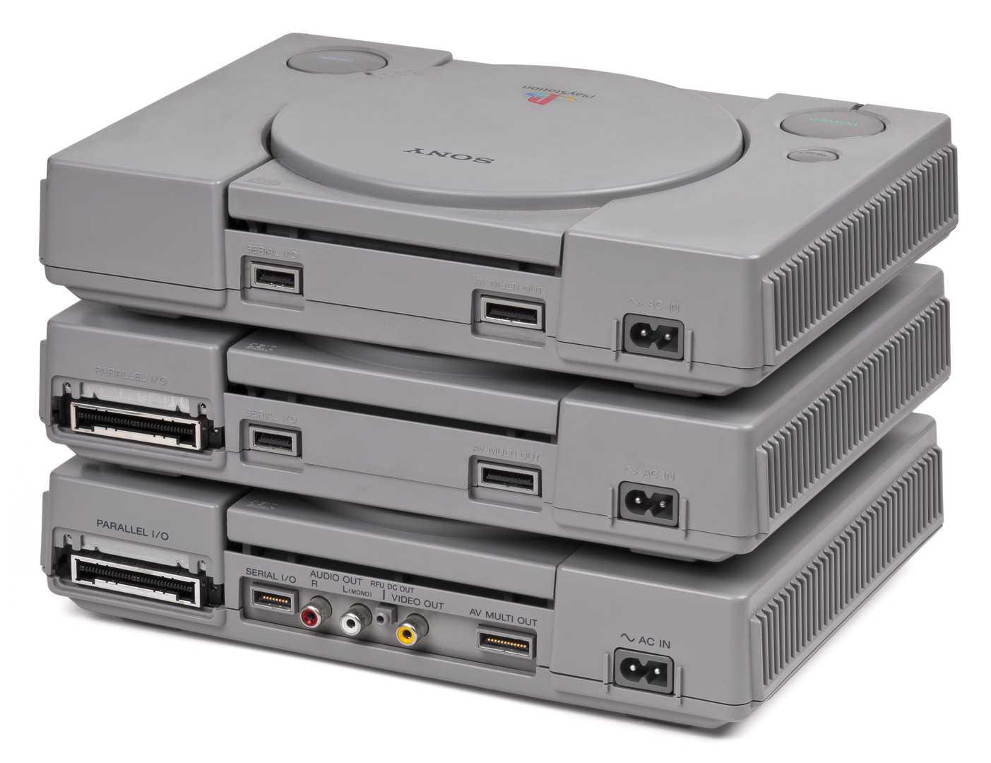 Evoluce v praxi: tři verze Sony PlayStation, zdola nahoru SCPH-1001, SCPH-5001 a SCPH-9001