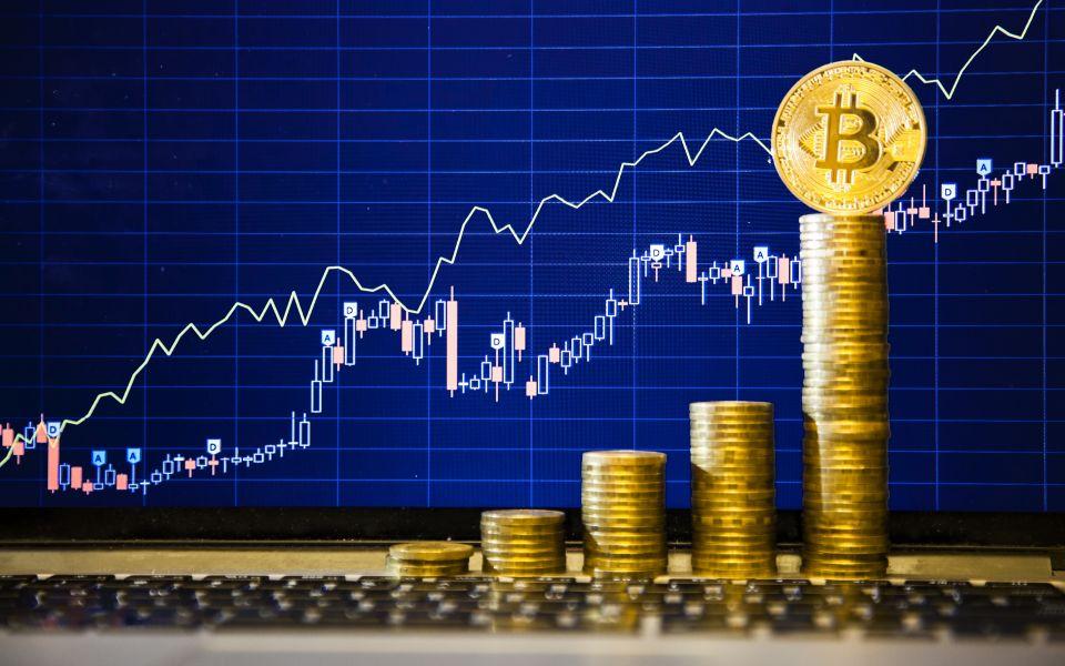 Bitcoin po propadu opět překonal hranici 50 000 dolarů