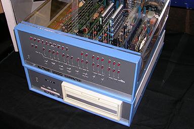"""Altair 8800: o zrodu """"prvního"""" komerčního mikropočítače"""
