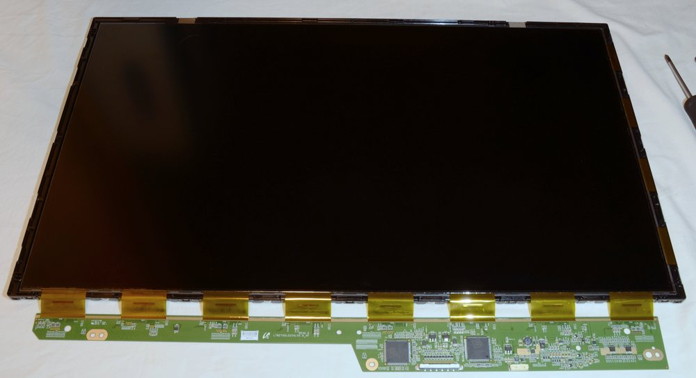 Odstranění jak plastového krytu, tak kovového rámečku umožní přístup k jednotlivým vrstvám LCD panelu.