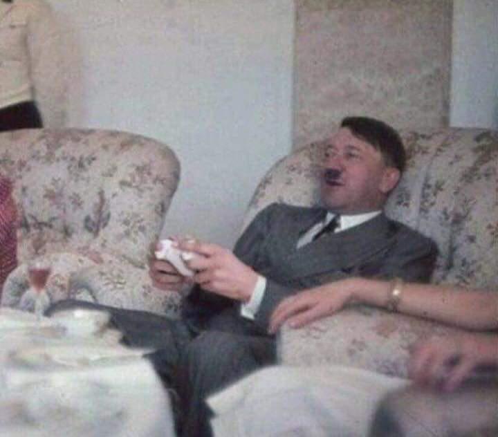 1. září 1939, kolorováno. Hitler hraje své první videohy, kvůli nimž se stal násilnickým a zahájil druhou světovou válku.