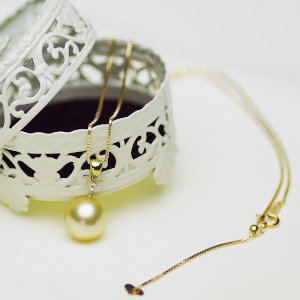 南洋白蝶ゴールデン真珠ペンダント 約11.0mmの写真