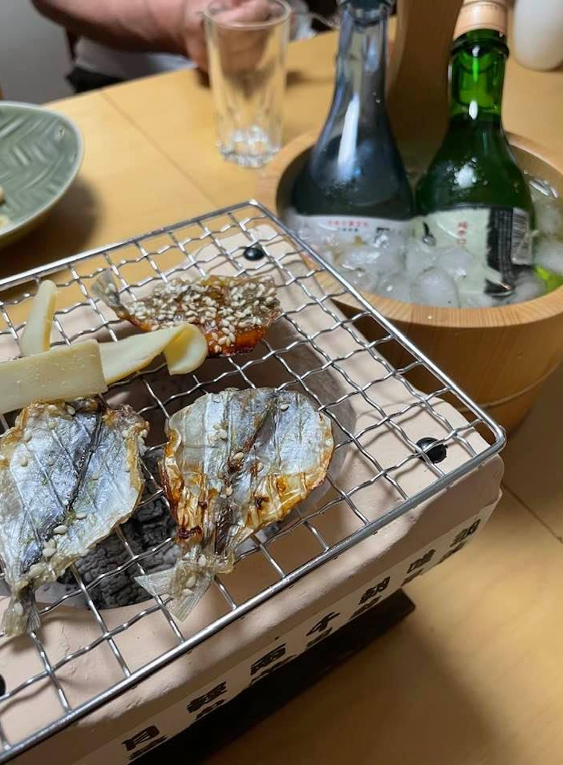Slowly compare the taste of sake on a tabletop charcoal fire
