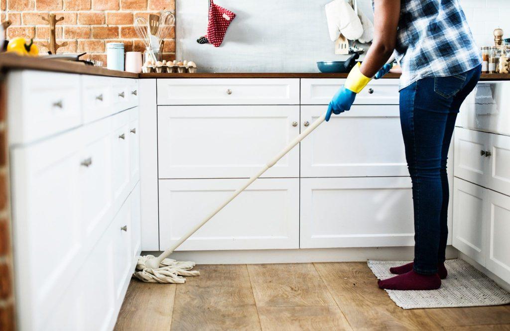 Prendre soin de son dos pendant les tâches ménagères