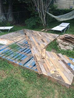 24 awesome diy patio projects terrific idea for a gorgeous looking pallet patio deck on the cheap made with 25 repurposed pallets and around 40 bucks for the various supplies solutioingenieria Images