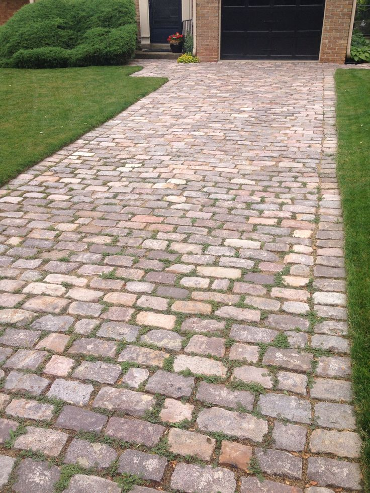 24 awesome diy driveway projects relaxed cobblestone driveway click here to see how to diy solutioingenieria Choice Image