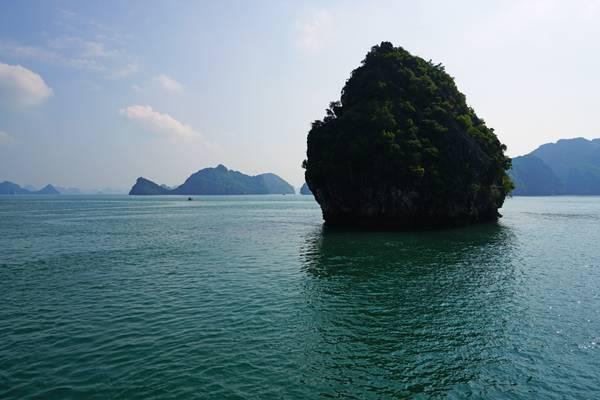 Lone rock, Ha Long Bay