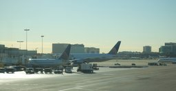 United 737 and 777 at LAX