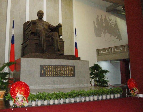 Sun Yat-sen statue in his memorial hall