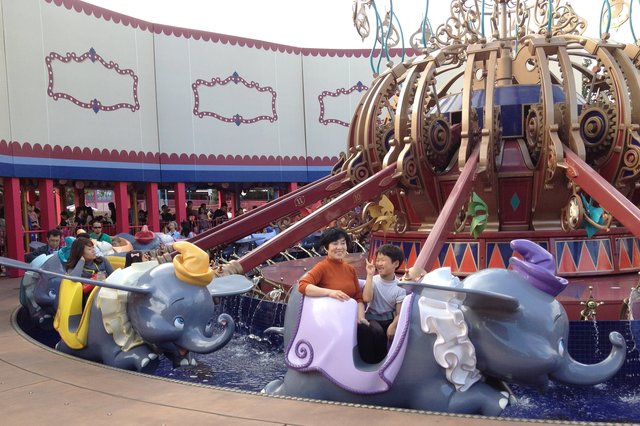 Calvin and Jaeger ride Dumbo