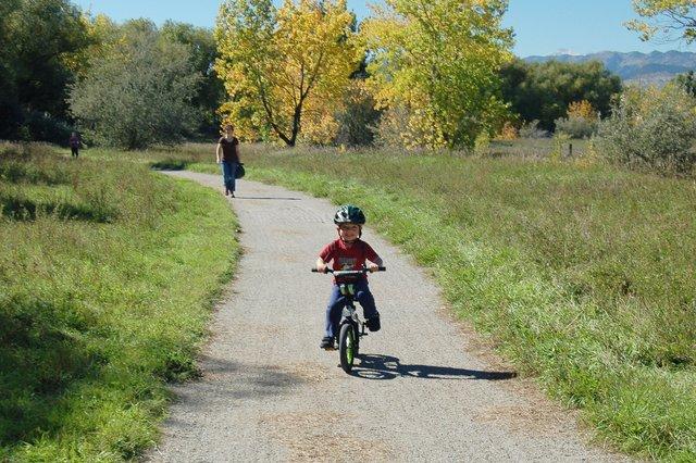 Calvin bikes in front of Kiesa