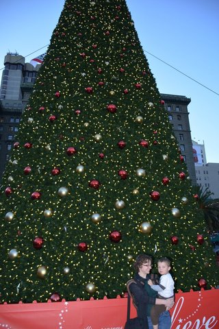 Kiesa and Calvin with the Macys Christmas tree in Union Square