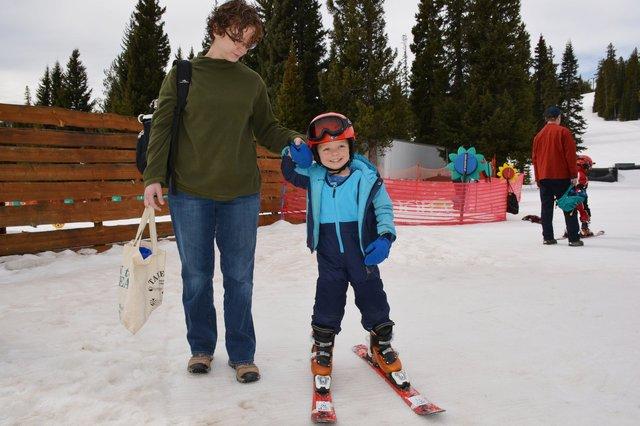 Calvin skis with Kiesa