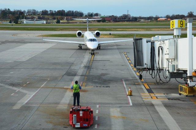 N12126 ERJ-145 pulls into TYS gate 9