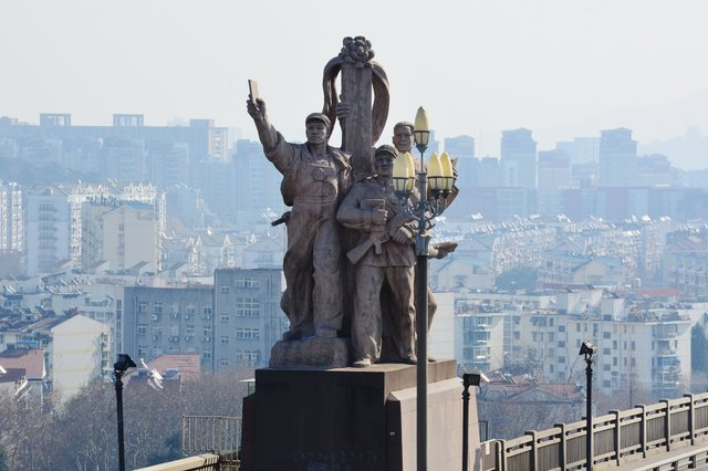 Dramatic Communist sculpture on the Yangzee River Bridge
