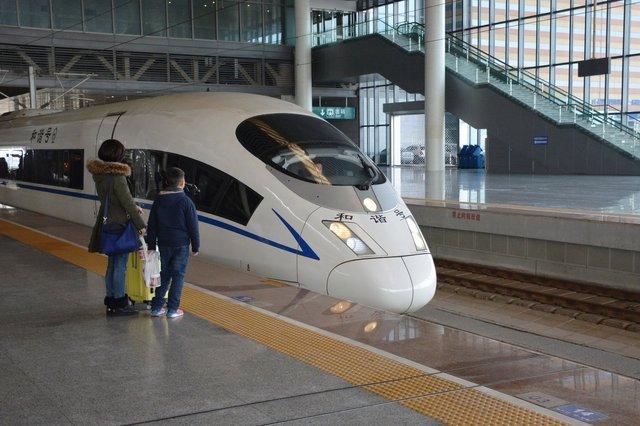High-speed train pulls into Nanjing Nan Railway Station