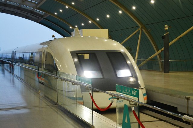 Shanghai airport maglev pulls into the station