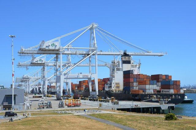 Seaspan Felixstone docked at the Port of Oakland