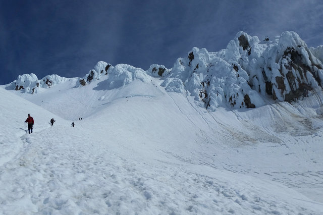 Hogsback, bergschrund, and the final approach to Mount Hood