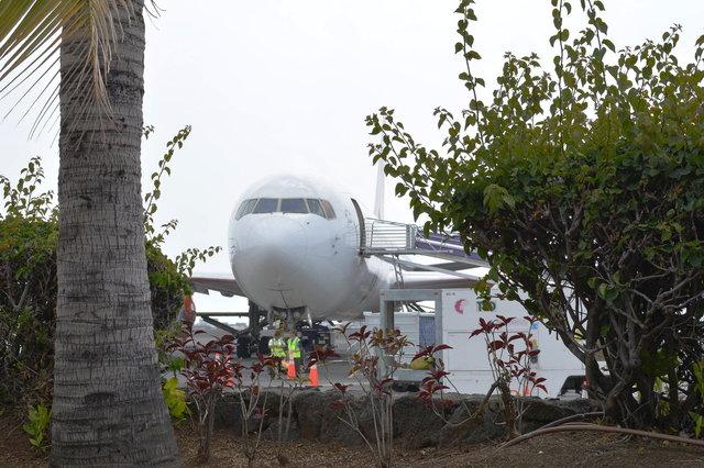 767 at open-air boarding area at Kona Airport