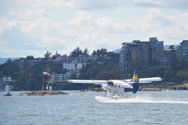 Harbour Air seaplane lands on Victoria Harbour